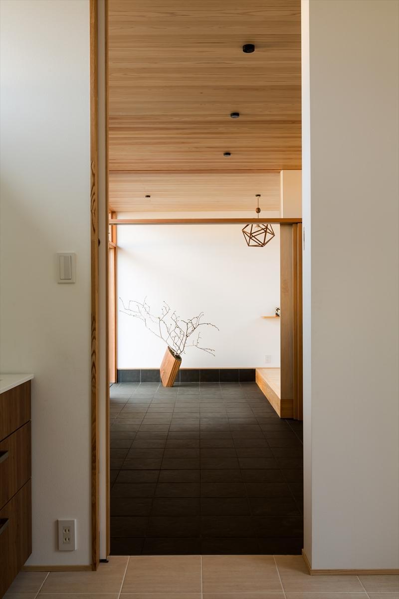 平屋・回廊の家の部屋 杉天井の広々とした玄関土間