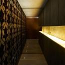 壁が印象的な廊下