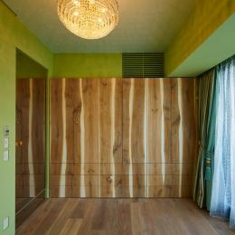 G-HOUSE (収納棚が印象的な緑色の壁の洋室)