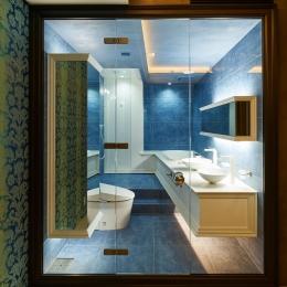 ガラス張りのトイレと洗面