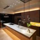 白と銅を基調としたキッチン