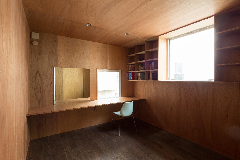 板橋の立体住居の部屋 木を感じる壁収納のある空間