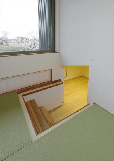 床下収納へ繋がる小上がり和室 (ひかりさすほうへ)