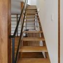 大きな本棚とオープン型階段