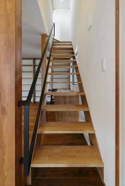大きな本棚とオープン型階段 (ひかりさすほうへ)