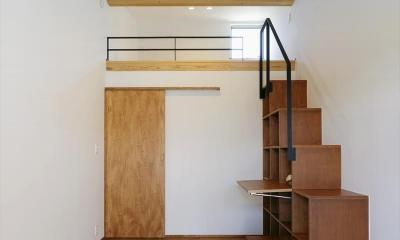 ロフトへ続く本棚階段|ひかりさすほうへ