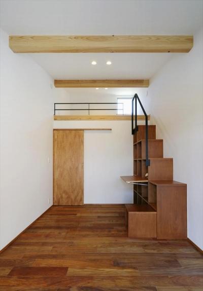 ロフトへ続く本棚階段 (ひかりさすほうへ)