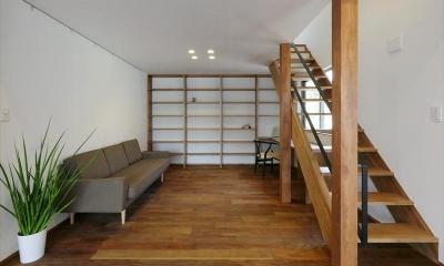大きな本棚とソファのある書斎|ひかりさすほうへ