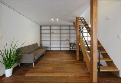 大きな本棚とソファのある書斎 (ひかりさすほうへ)