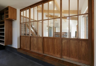 ガラスをはめ込んだ引き戸と収納棚 (ひかりさすほうへ)