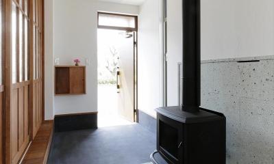 薪ストーブのある玄関土間|ひかりさすほうへ