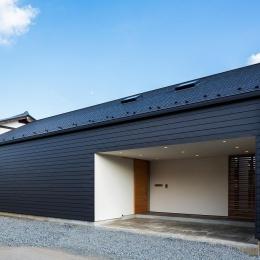 空を囲む家 (黒いガルバリウム鋼板の外観)