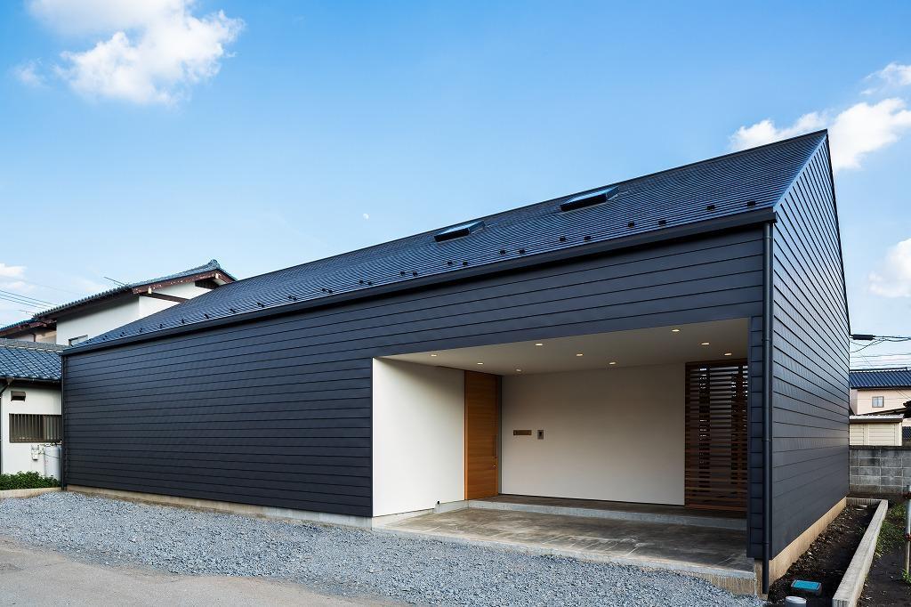空を囲む家の写真 黒いガルバリウム鋼板の外観