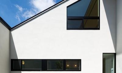 空を囲む家