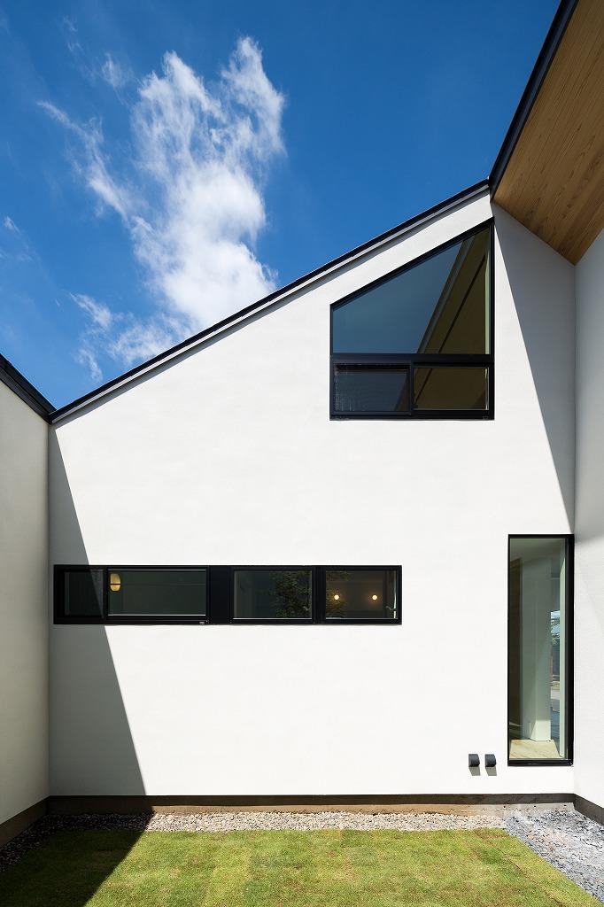 空を囲む家の写真 中庭から見た建物外観
