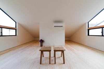 広々とした屋根裏部屋 (空を囲む家)