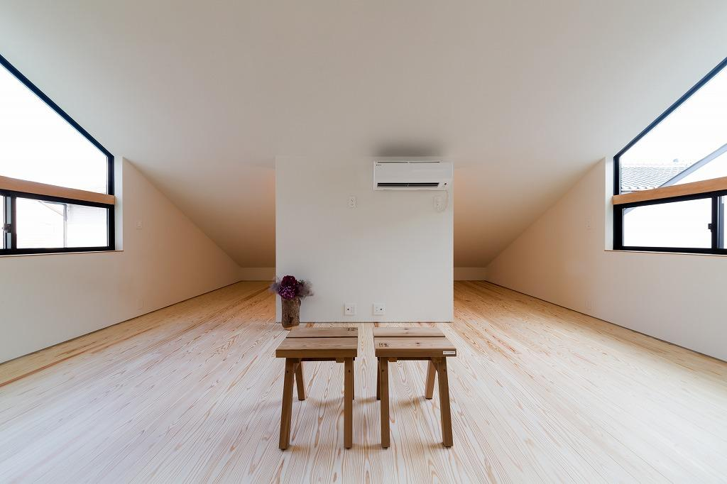 空を囲む家の写真 広々とした屋根裏部屋