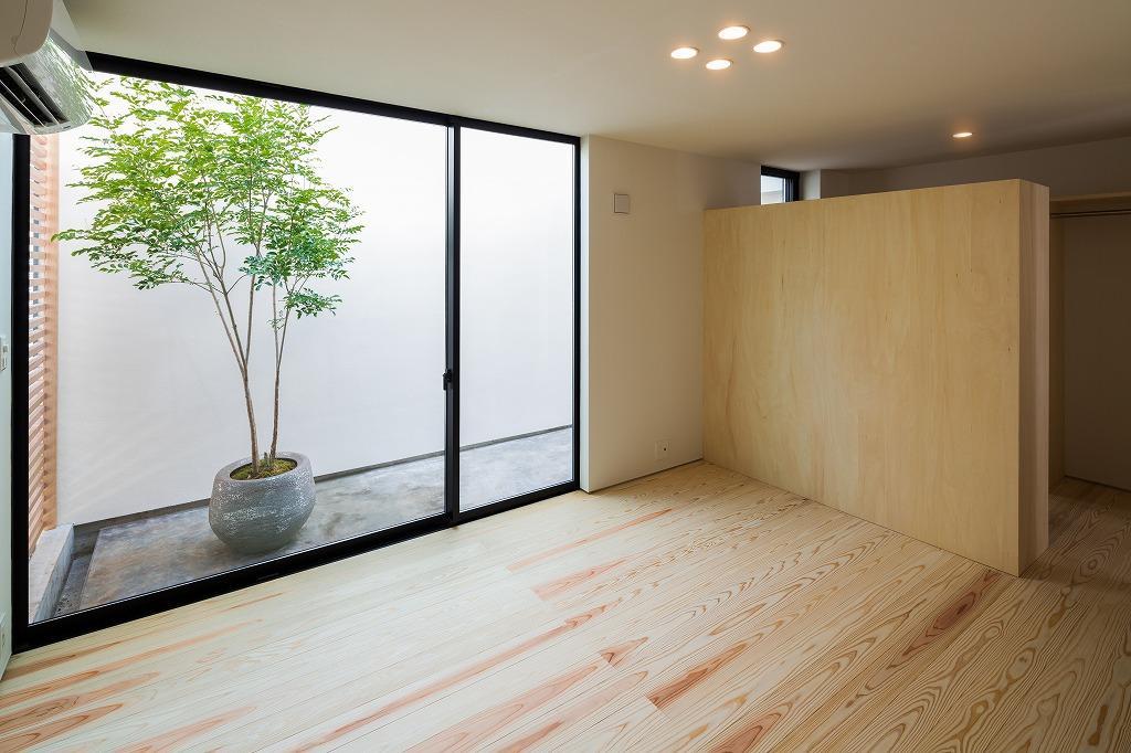 空を囲む家の写真 洋室