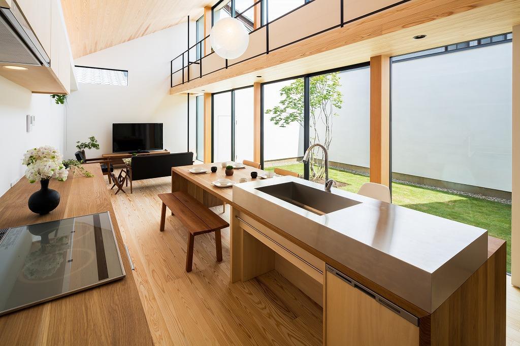 空を囲む家の写真 ダイニングテーブル付きアイランドキッチンのあるLDK