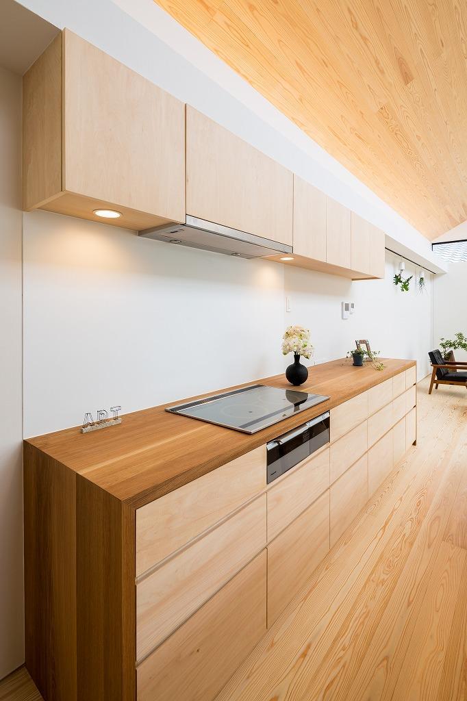 空を囲む家の写真 IHクッキングヒータのあるキッチン