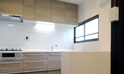 家族の思い出と暮らす一戸建リノベーション (キッチン)