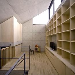 オカマチノイエ-壁一面が本棚のコンクリート住宅