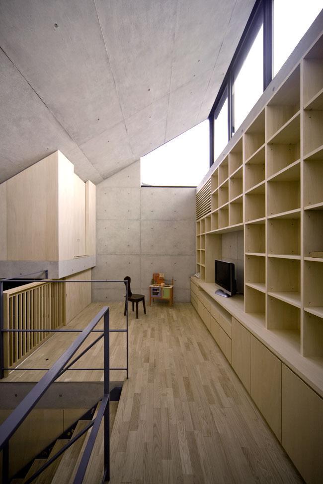 オカマチノイエの部屋 壁一面が本棚のコンクリート住宅