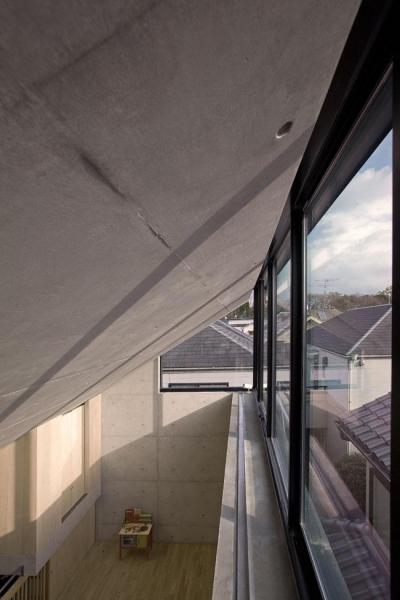 採光と通風を確保する天窓 (オカマチノイエ)