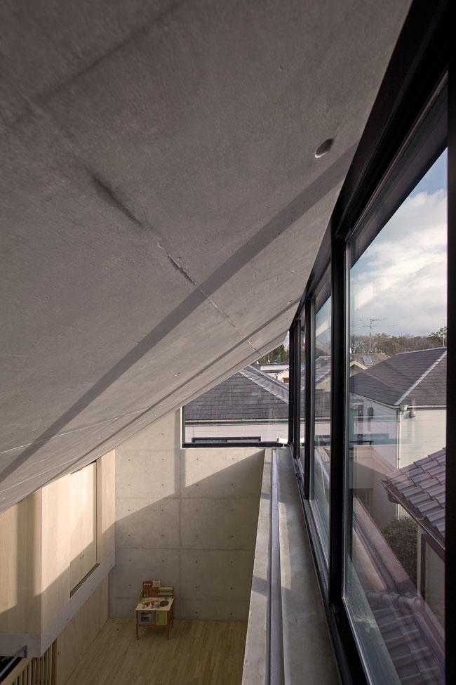 オカマチノイエの部屋 採光と通風を確保する天窓