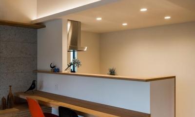 カウンターテーブル付き対面キッチン|自然の恵みを感じる家