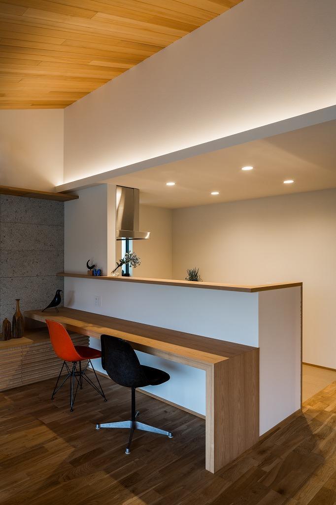 自然の恵みを感じる家の写真 カウンターテーブル付き対面キッチン