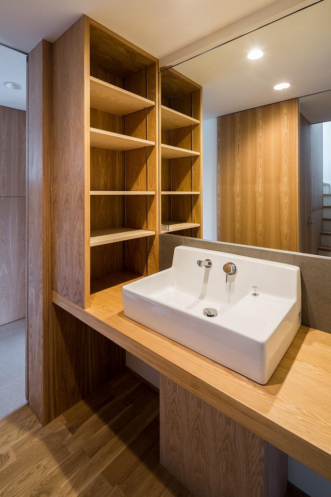 自然の恵みを感じる家の部屋 棚のある洗面台