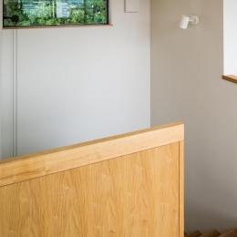 自然の恵みを感じる家 (ハイサイドライトのある階段)