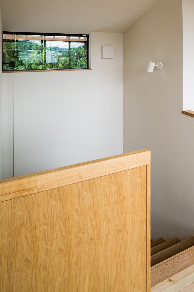 自然の恵みを感じる家の部屋 ハイサイドライトのある階段