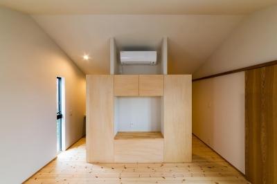 テレビボードのある洋室 (自然の恵みを感じる家)