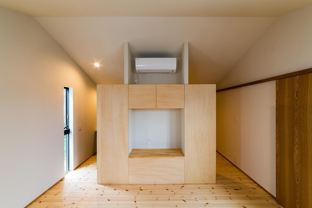 自然の恵みを感じる家の部屋 テレビボードのある洋室
