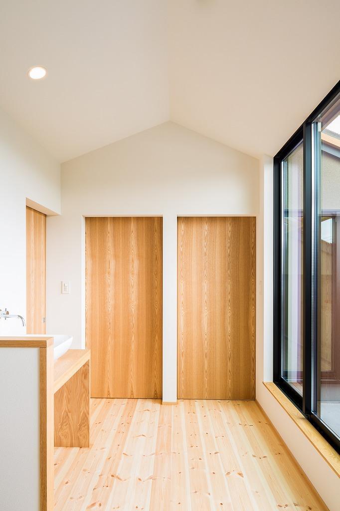 自然の恵みを感じる家の写真 間仕切り戸と2階ホール close