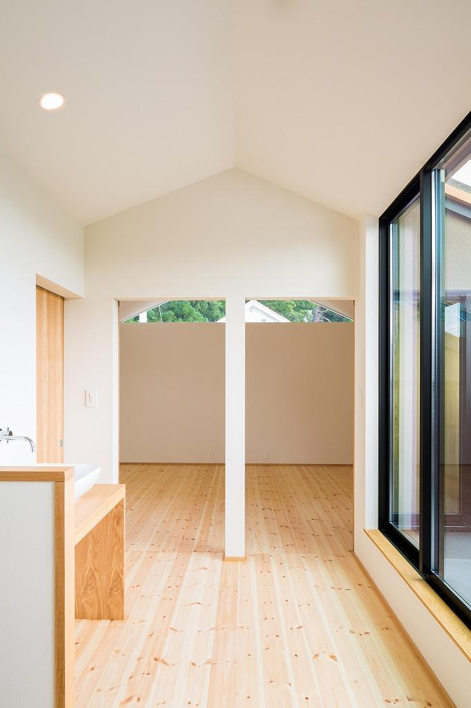 自然の恵みを感じる家の写真 間仕切り戸と2階ホール open