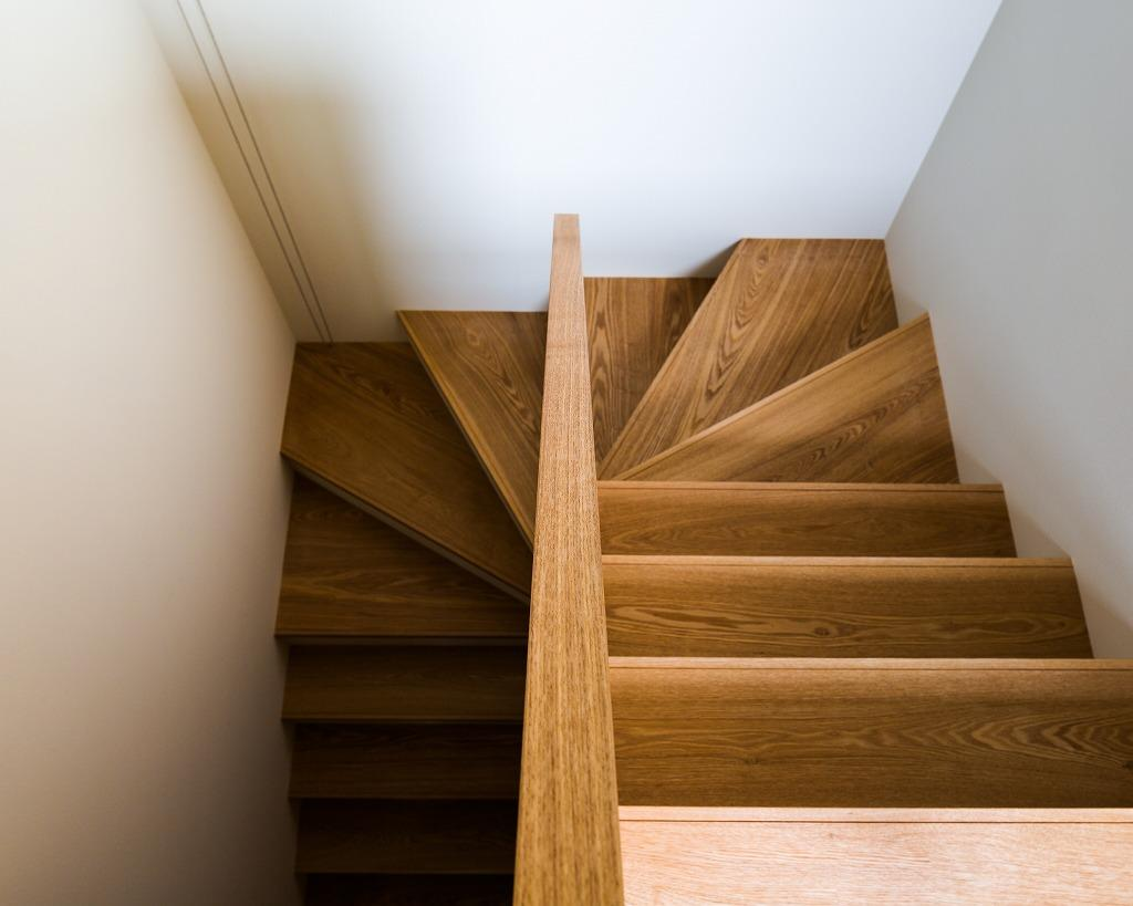 自然の恵みを感じる家の部屋 階段を見下ろす