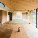 自然の恵みを感じる家の写真 畳スペースのある勾配天井のLDK