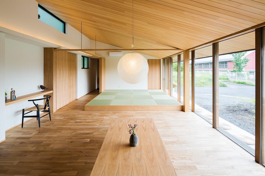 自然の恵みを感じる家の部屋 畳スペースのある勾配天井のLDK