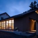 自然の恵みを感じる家の写真 夕暮れ時の外観 2