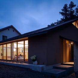 自然の恵みを感じる家 (夕暮れ時の外観 2)