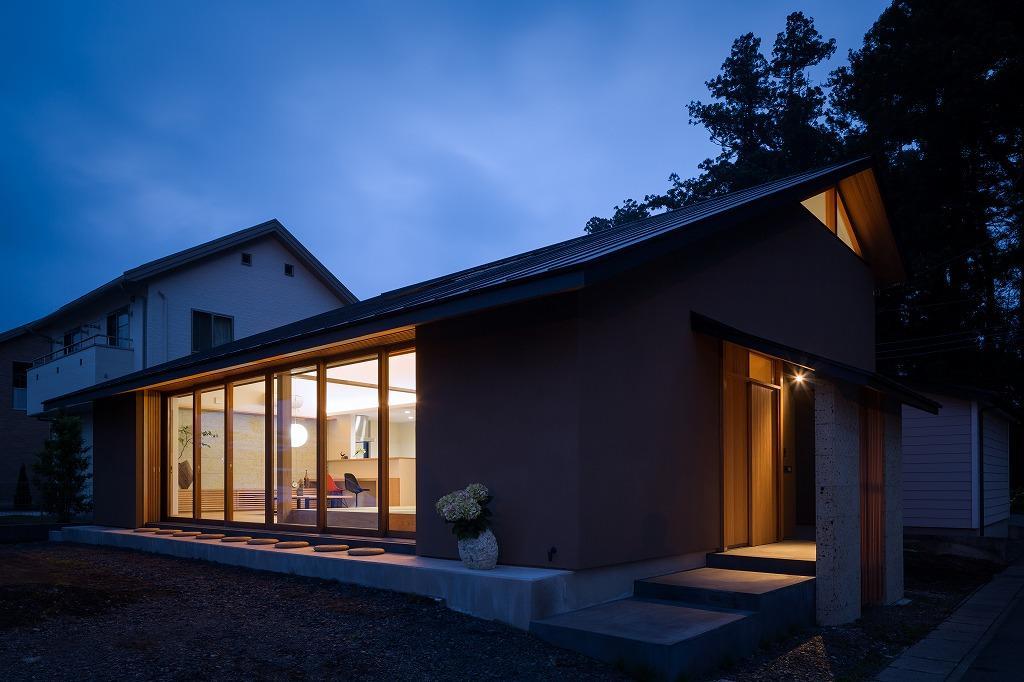 自然の恵みを感じる家の部屋 夕暮れ時の外観 2
