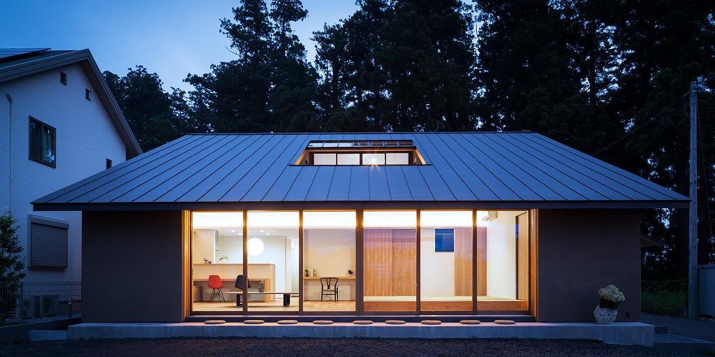 自然の恵みを感じる家の写真 夕暮れ時の外観 1