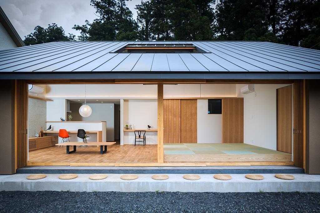 自然の恵みを感じる家の写真 大開口の6枚サッシを開けた外観・LDK