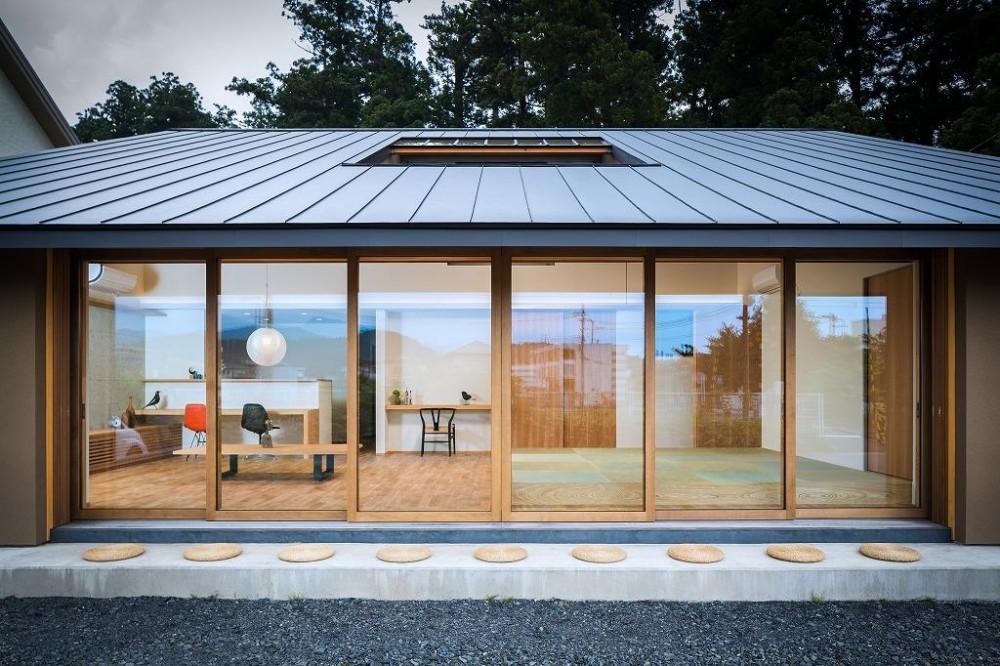 自然の恵みを感じる家 (外から眺めた開放的なLDK・外観)