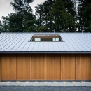 自然の恵みを感じる家の写真 大屋根の外観