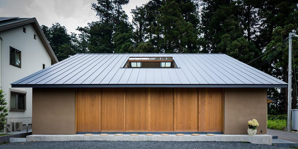 自然の恵みを感じる家の部屋 大屋根の外観