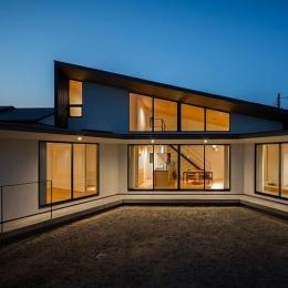 緩やかに囲む家 (明かりの灯った扇型外観 2)